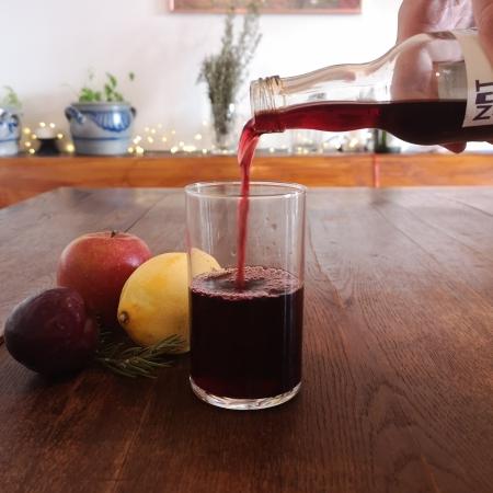 Johannisbeersaft mit Apfel, Pflaume, Zitrone und Rosmarinzweig